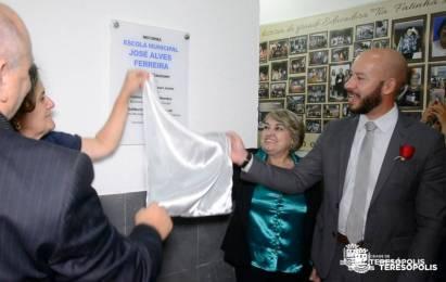 Descerramento da placa de inauguração das reformas