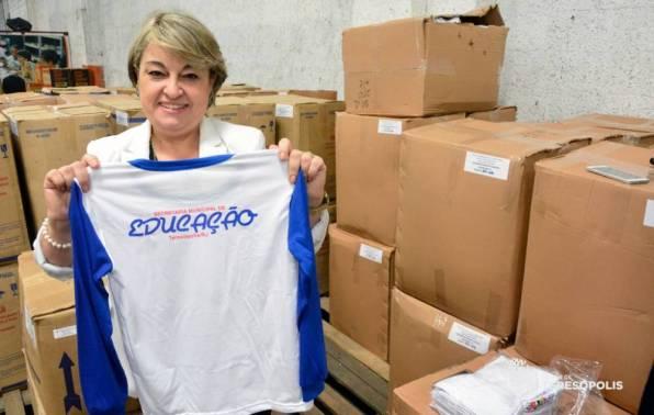 Secretária de Educação, Rosana Mendes, mostra uma das camisas do uniforme escolar