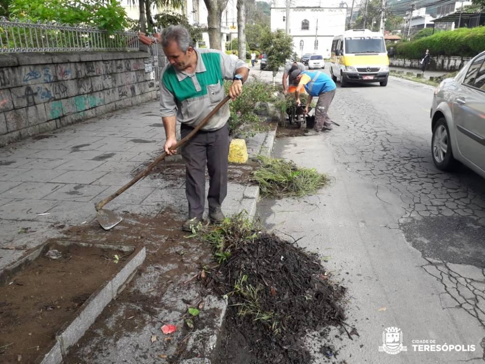 PREFEITURA INTENSIFICA SERVIÇOS DE LIMPEZA URBANA