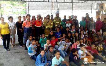Alunos, professores e funcionários da Escola Alice Saldanha com as equipes da Defesa Civil e 16º GBM no final do treino