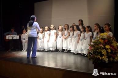 Maestrina Celia Seabra rege o Coral Infantil da Escola George March, de Teresópolis