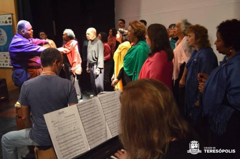 Performance do Coral da UNATI no primeiro dia do Festival Canta Terê 2018
