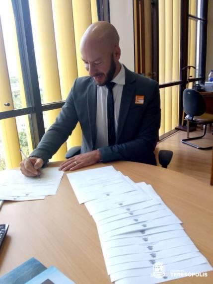 Prefeito Vinicius Claussen assina ofícios endereçado a parlamentares com solicitações de apoio à Emendas de interesse de Teresópolis