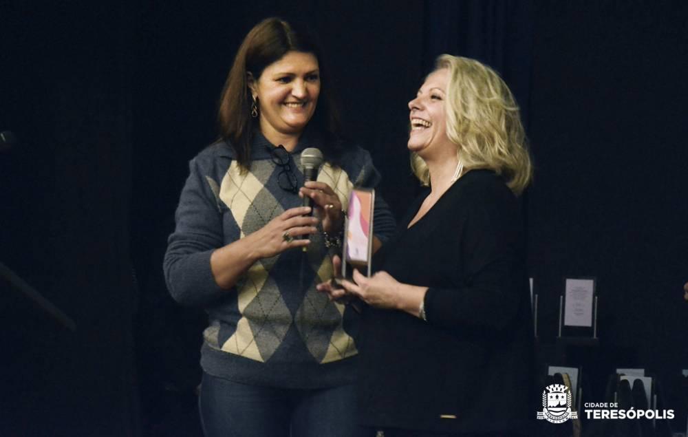 Secretária Cléo Jordão entrega homenagem a Geórgia Jahara, diretora da Casa de Cultura_Lipe Nascimento