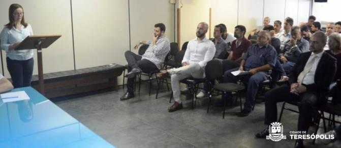 Secretária Yára Medeiros e Prefeito Vinicius Claussen apresentam a proposta orçamentária em audiência pública