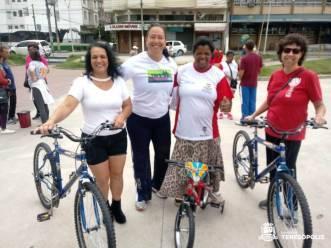 Subsecretária de Esportes Erika Marra com as ganhadoras dos sorteios das bicicletas