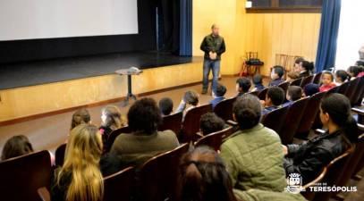 Subsecretário de Turismo Henrique Silva fala aos alunos sobre as atividades realizadas no Teatro Municipal