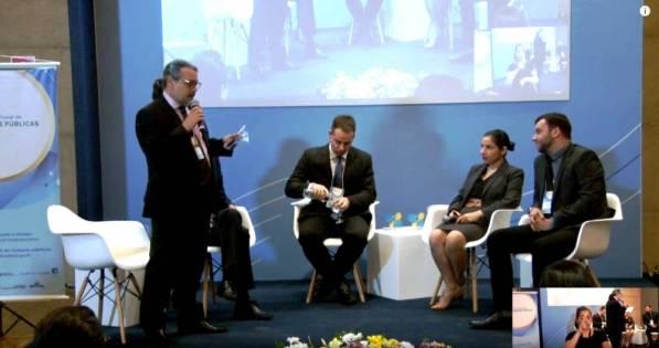À direita, Lucas Guimarães fala sobre as compras públicas em Teresópolis durante fórum nacional