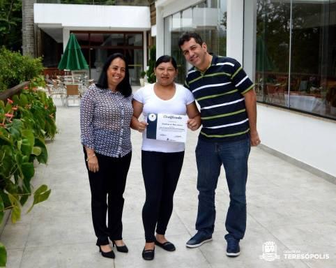 Aluna Romilda Gomes entre a instrutora Cida Martins e o empresário Rogério Gomes