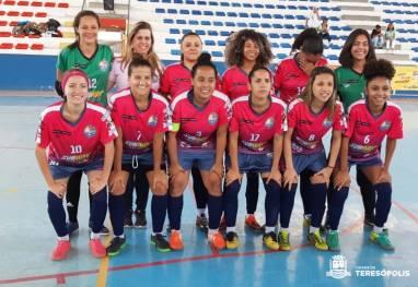 Equipe Magé FC com a técnica Carla Barreiros