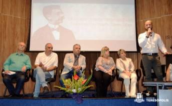 Prefeito Vinicius Claussen, de pé, enaltece o talento dos estudantes
