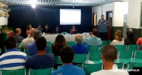Produtores rurais acompanham as explicações do Secretário Lucas Guimarães sobre o procedimento