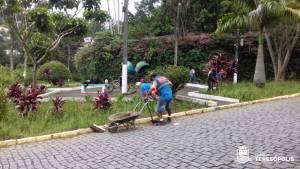 Prefeitura faz capina e limpeza em praças, canteiros, ruas e avenidas do Alto e Várzea