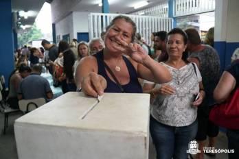 Servidora municipal Oldaléa Mello deposita seu comprovante na urna