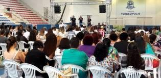 Servidores municipais no encontro de fim de ano, no Ginásio Pedrão