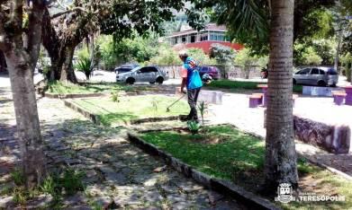 Limpeza na Praça Dom Quixote, em Araras
