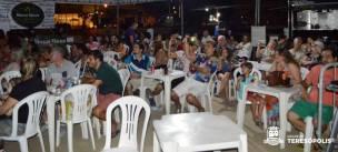Público acompanha as projeções na praça de alimentação