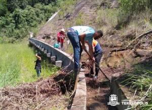 Defesa Civil e voluntários limpam calha no Caleme