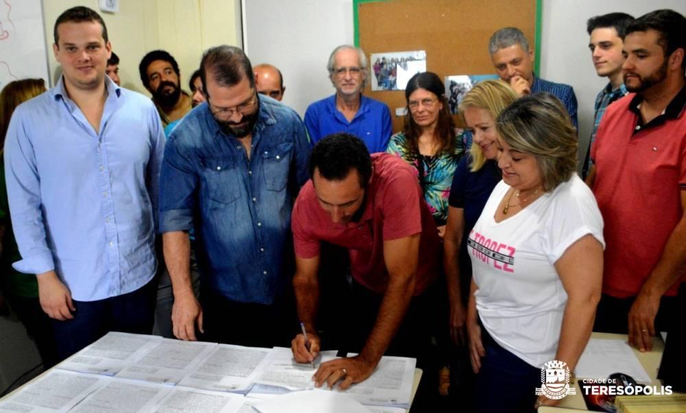 Assinados os contratos com agricultores familiares para fornecer alimentos da merenda escolar