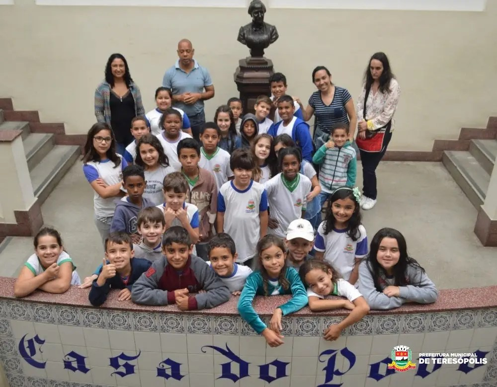 Prefeitura recupera pedestal onde fica busto da Imperatriz Teresa Cristina