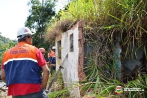 Defesa Civil faz demolição de imóvel em área de risco