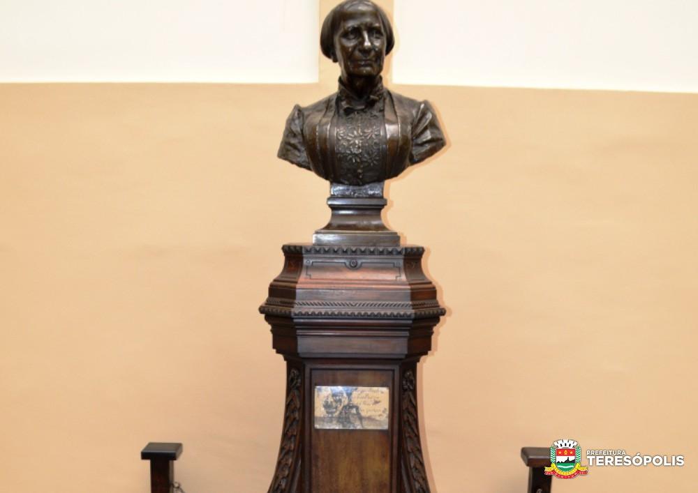 Prefeitura recupera pedestal de madeira e busto da Imperatriz Teresa Cristina volta para seu lugar de honra