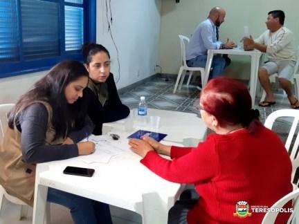 Equipe de Meio Ambiente anota demanda da moradora Regina Furtado Lippi Leite