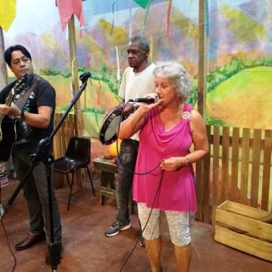 Os cantores e músicos populares se revezam no palco