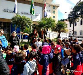 A guia de turismo Selma Vianna fala aos alunos sobre a Câmara Municipal