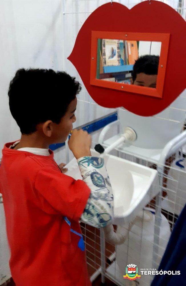 Além de brincar, as crianças aprendem a escovar corretamente os dentes na ação de saúde