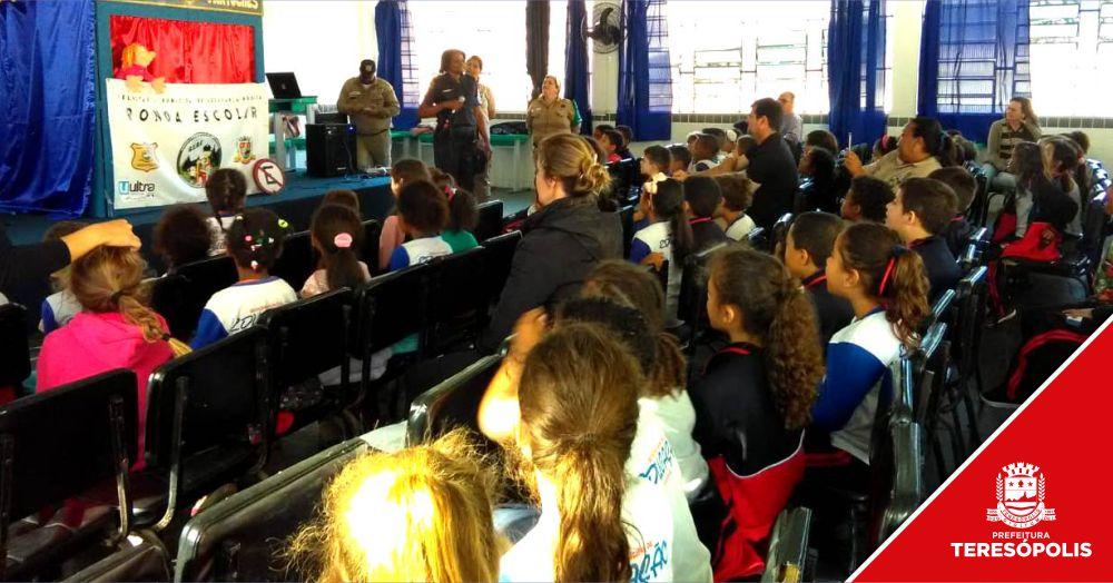 Alunos da rede municipal aprendem sobre convivência, trânsito e cidadania com teatro de fantoches
