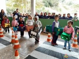 Alunos da Escola Rui Barbosa simulam movimento no trânsito