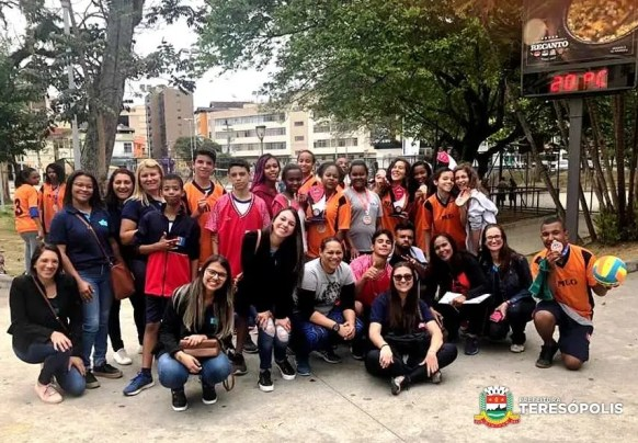 Atletas e medalhistas da prova de atletismo da Escola Municipal Mariana Leite Guimarães_Divulgação