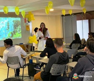 Jovens acompanham palestra sobre a campanha de prevenção ao suicídio no PSF do Alto