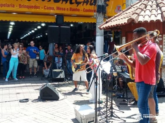 Trupe Cajuína anima público na Calçada da Fama