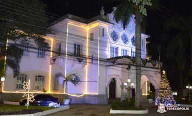 Ruas e espaços públicos de Teresópolis ganham iluminação e decoração de Natal
