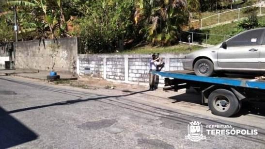 Guarda municipal registra reboque de veículo estacionado em local irregular