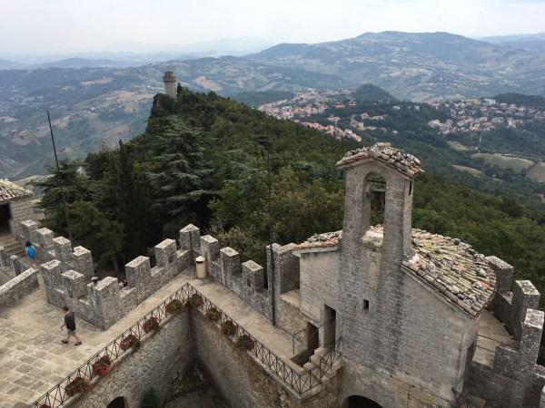 Pohled na věž Il Monate z věže La Rocca