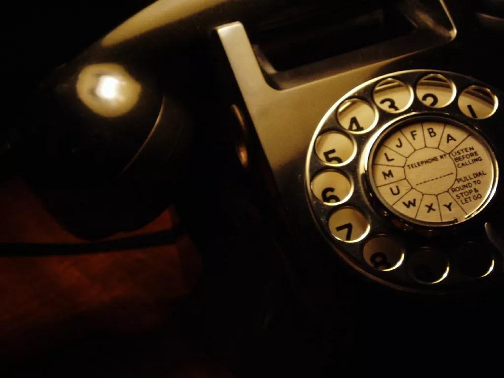 Por que a ordem das teclas numéricas do teclado é diferente da ordem das teclas do telefone?
