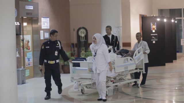 Wajah Julia Perez Ditutupi Kain Saat Jalani Operasi