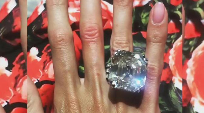 Pria Tajir Beri Istri Cincin Berlian 70 karat Seharga Rp 156 Miliar
