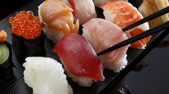Sering Makan Sushi Ada Hewan 2,6 Meter Didalam Perut Bocah Ini