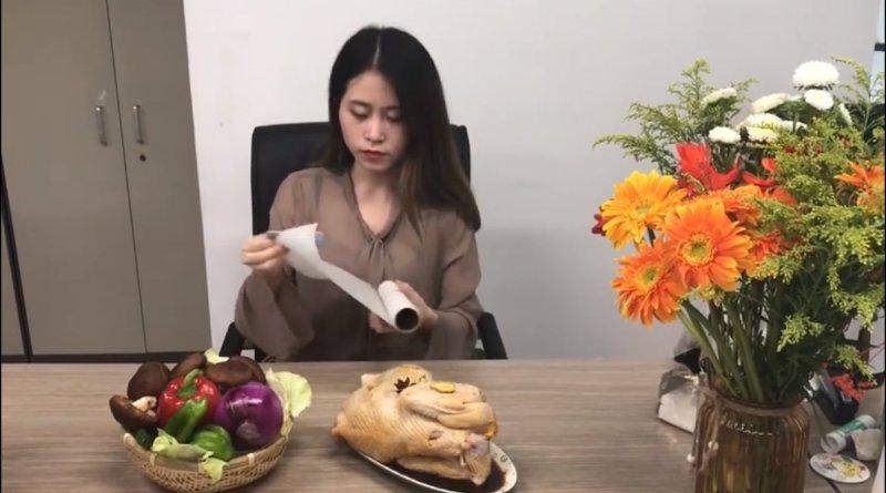 Wanita Ini Beli Ayam Hidup Kekantor, Gak Kerja Malah Begini Kegiatannya