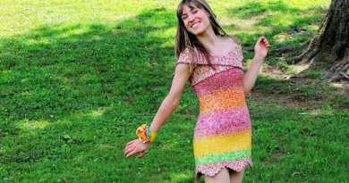 Seorang wanita Ciptakan Gaun Unik dari 10 Ribu Bungkus Permen