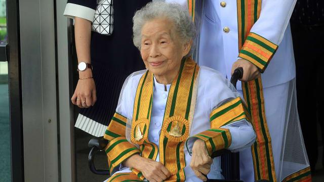 Di Usia 91 Tahun Nenek Asal Thailand Raih Gelar Sarjana