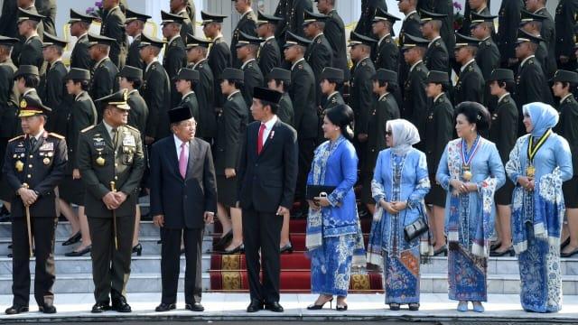 Empat Istri Pejabat Ini Tampil Elegan dengan Busana Serba Biru