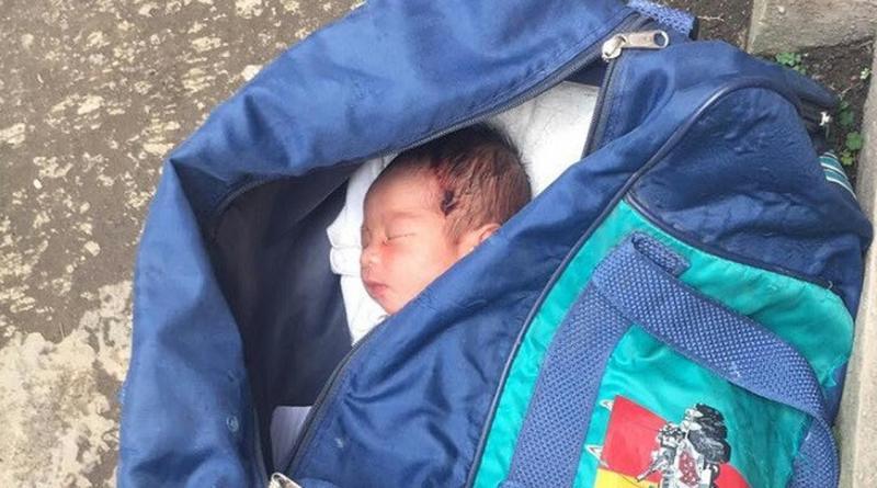 Sesosok Bayi LakiLaki Tak Berbaju di Dalam Tas Biru