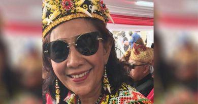 Tuai Pujian Menteri Susi Pakai Pakaian Dayak Berkacamata Hitam
