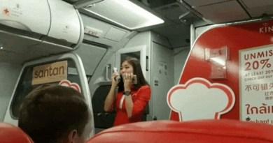 Video Pramugari AirAsia Saat Delay Hibur Penumpang