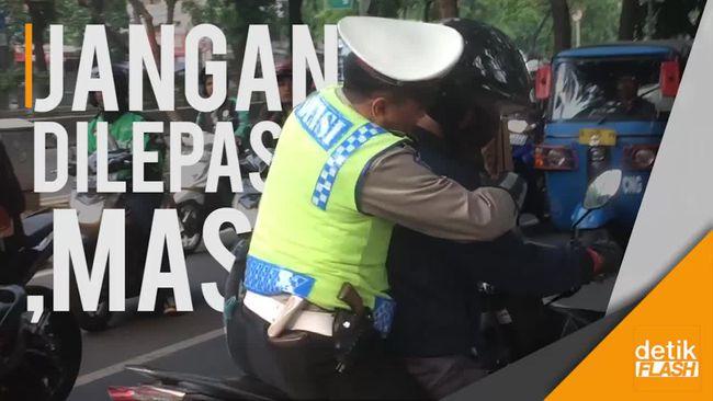 Mau Kabur Hindari Razia, Pria Ini Dipeluk Hangat Polisi